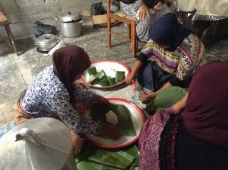 Mama dan tetangga sedang semangatnya memasak