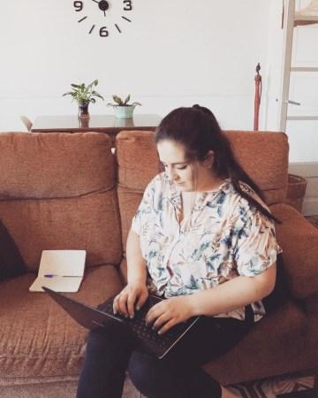 Copywriter-sentada-copywriting-ordenador-libro-sofa