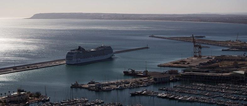 Vehikel, oder wie man es nennen soll. Hier schon ein paar Häfen weiter in Malaga vor Anker.