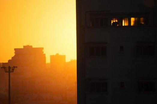 Casablanca, deine Häuser, sie sind dunkel im Gegenlicht wie in jeder anderen Stadt.
