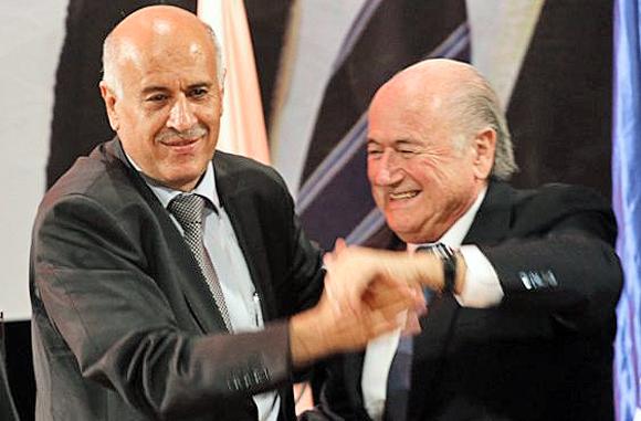 Der Präsident des Palästinensischen Fußballverbands, Djibril Rajoub (links), mit FIFA-Präsident Joseph Blatter