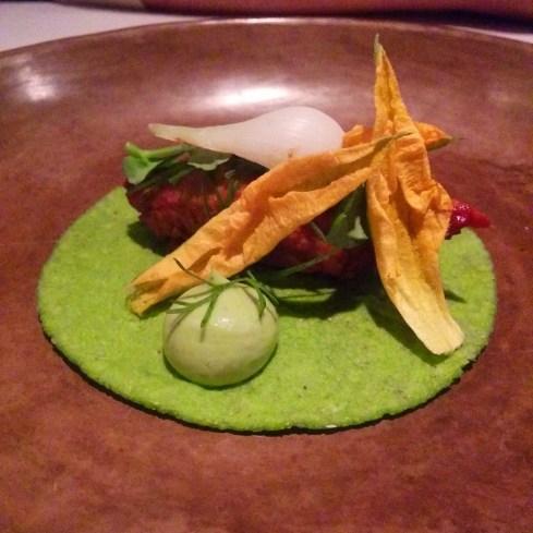taco de barbacoa, des pousses de petit pois, fleur de courgette et crème d'avocat