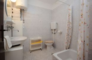 ljiljana-white-apartment-bathroom-06-2016-pic-01