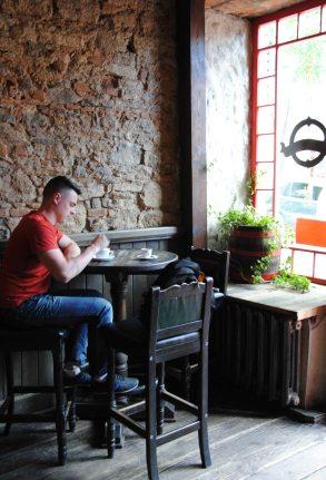 Ирландский паб, названный в чпсть венгра Eganа, где подают пиццу и бограч)