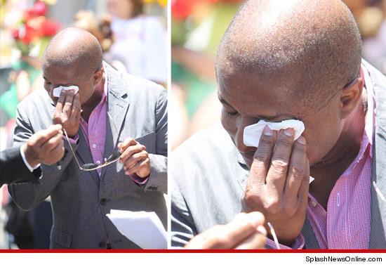 Randy Jackson visiting the Michael Jackson tomb