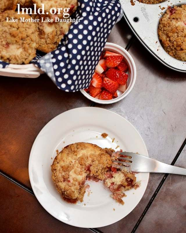 These strawberry muffins are packed full of strawberries for a lightly sweet muffin with a delicious streusel crumb topping.