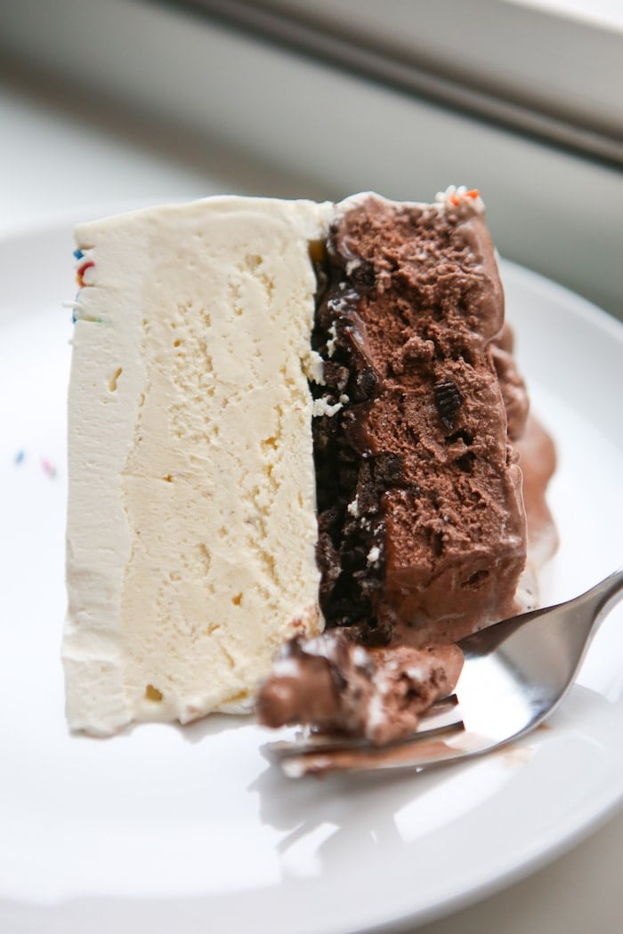 Ice cream cake with chocolate and vanilla ice cream and oreo in the middle.