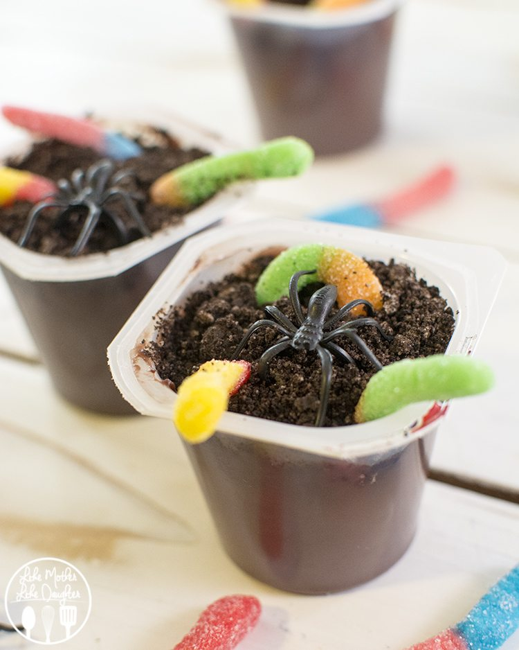 """Creepy Crawly Dirt Pudding Cups - These """"dirt"""" pudding cups are topped with oreo crumbs and creepy crawly candy worms for an easy and delicious treat!"""