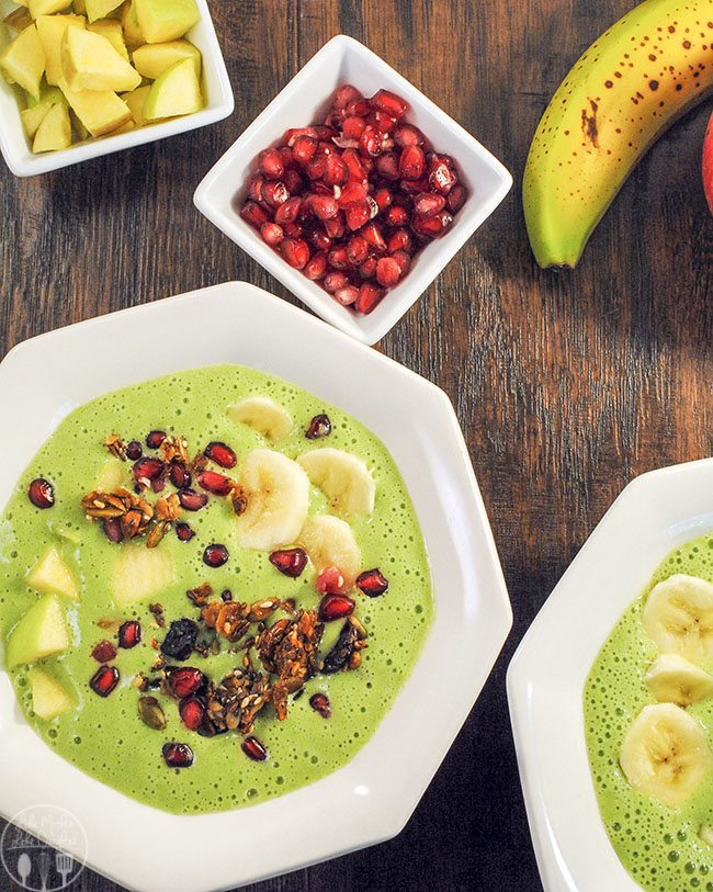 Green Apple Smoothie Bowl – These Green apple smoothie bowls are made with spinach, chopped apples, frozen bananas, Greek yogurt, and a dash of cinnamon. A delicious smoothie for adults and kids alike!