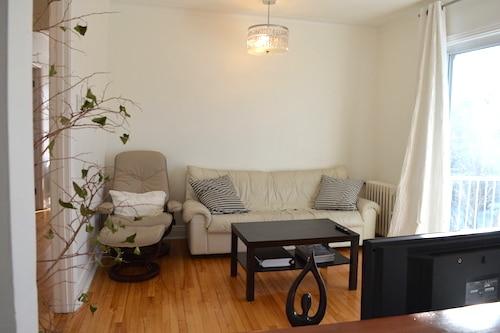Salon - Appartement meublé de 5 chambres à Montréal | LM Montréal.