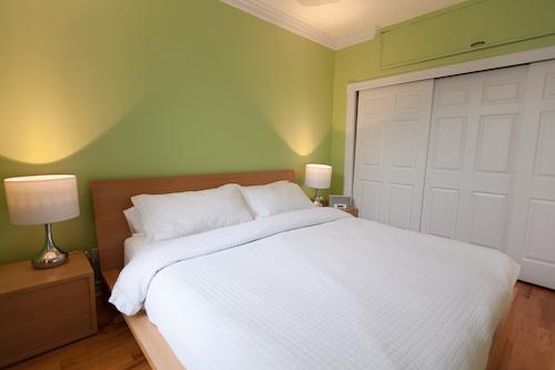 Chambre avec lit king - Appartement meublé de 3 chambres du Mile-End à Montréal | LM Montréal - Location meublée à Montréal