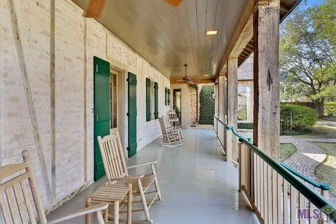 16 Best Alluring Farmhouse Front Porch Decoration Ideas 10