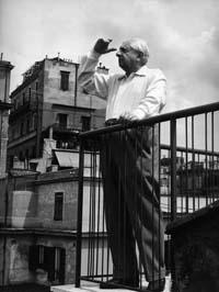 Giorgio de Chirico in terrazza Piazza di Spagna a Roma
