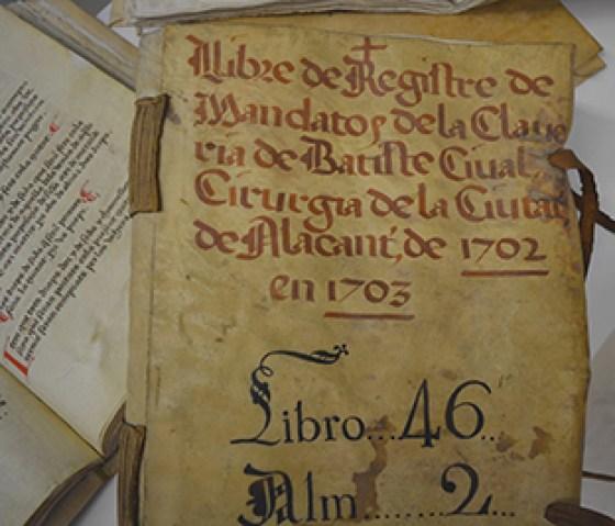 portada y fragmentos de uno de los volúmenes sobre los que se ha trabajado. Foto: Ayuntamiento de Alicante.