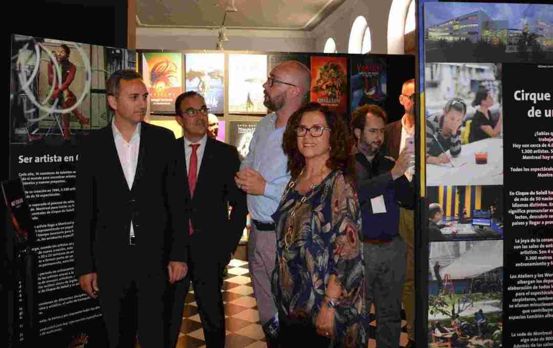 César Sánchez, María D. Padilla y el director de gira de Totem, Franck Hanselman, en la apertura de la exposición. Foto: Gabinete Prensa. Ayto. Alicante.