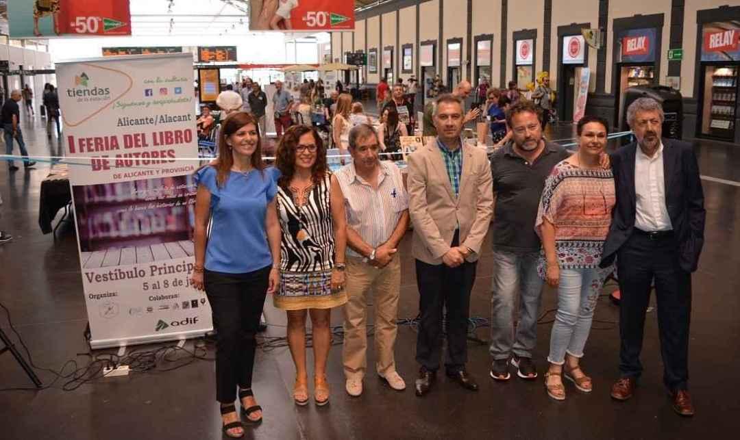 La senadora Asunción Sánchez Zaplana, la concejal María Dolores Padilla, con los representantes de la Asociación de Escritores y de Adif, en la apertura. Foto: Gabinet Premsa. Ayto. Alicante
