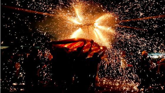 """Huí se celebra la baixada del crist i la """"Nit del Foc i Rellamps"""" en la qual es dispararan més de 120 quilos de pólvora"""