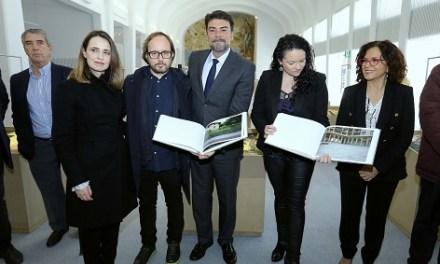 """El Alcalde de Alicante recuerda a las víctimas de ETA en la exposición """"A la hora, en el lugar (2008-2013)"""" en el Hall de Séneca"""