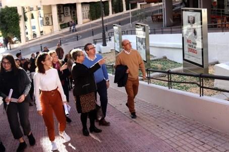Benidorm lleva a la calle la sensibilización sobre la violencia de género con una muestra de carteles de alumnado del IES Pere Mª Orts i Bosch