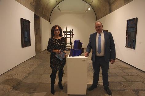 L'edil de Cultura d'Alacant visita l'exposició «Mar de Madera» al Castell de Santa Bàrbara al costat de l'artista Frutos María