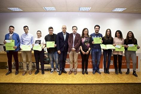 Els estudiants Yasmina Algarra, de Publicitat i Relacions Públiques, i Josué López, de Matemàtiques, guanyadors del Concurs de Microrelats Matemàtics de la UA