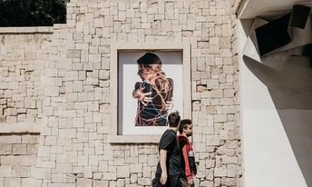 Les carrers d'Alacant repletes de fotos a diferents racons de la ciutat.