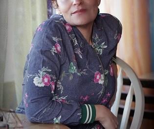 Ahlam Bsharat es una escritora que es hija del viento, de los árboles, el sonido de los pájaros y de los ríos