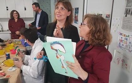 El alcalde de Elche, Carlos González, y la edil de Bienestar Social, Teresa Maciá, visitan el centro de ocio cultural para discapacitados Artes