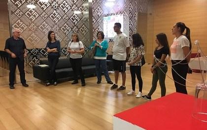 La regidora de Cultura, Mª Dolores Padilla visita en el MACA l'exposició «Entre Guerres» dels alumnes de l'IES Figueras Pacheco, dins del programa Menuts Veïns