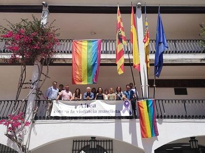 Altea celebra el Dia Internacional de l'Orgull LGTBIQ desplegant dos banderes amb l'arc de Sant Martí en la façana de l'Ajuntament