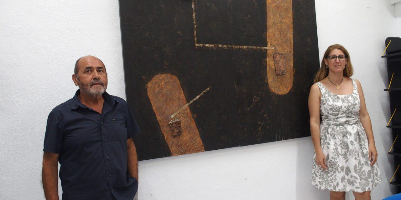 Paco Martínez Catalán dona un cuadro a la pinacoteca de la Casa de Cultura de Villena