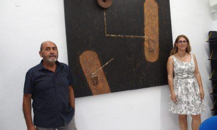 Paco Martínez Catalán dóna un quadre a la pinacoteca de la Casa de Cultura de Villena