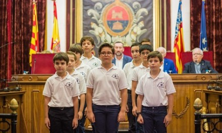 Els xiquets de l'Escolania del Misteri d'Elx posen a prova les seues veus davant un abarrotat Saló de Plens