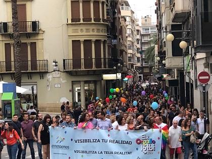 Un miler de persones participen en la primera desfilada del col·lectiu LGTBI que se celebra a Elx