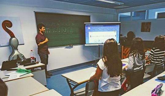 El Conservatori Professional de Xàbia incorpora un nou panell virtual a les seues aules
