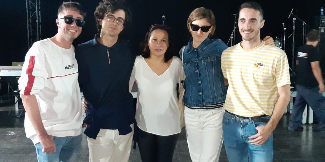 María Conejero entrega a Afternoon Hound Dog el primer premio del XX Certamen de Promoción de Grupos de Música Joven