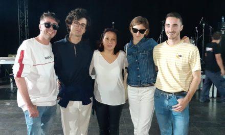María Conejero entrega a Afternoon Hound Dog el primer premi del XX Certamen de Promoció de Grups de Música Jove