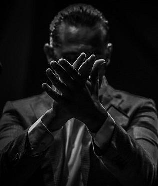 Alfredo Tejada posa el fermall d'or a l'III Festival Flamenc Mediterrani