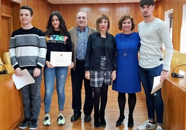 L'Ajuntament d'Elda entrega els premis als guanyadors del VII Concurs de Poesia Antonio Porpetta per a joves poetes