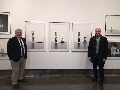 La exposición «Inocentes» del artista García de Marina reflexiona sobre los derechos humanos en la Sala de exposiciones de la Lonja del Pescado de Alicante
