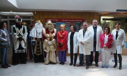 Els Reis Mags realitzen la seua primera parada a l'Hospital del Baix Segura a la seua arribada a Oriola