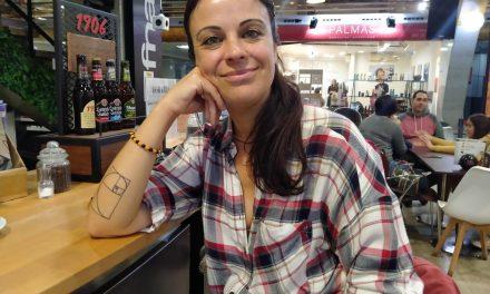 """Anita Antón: """"la voz da más de mí, toco la guitarra por supervicencia"""