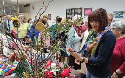 Decenas de personas asisten a la inauguración anual de la Muestra de Arte y Manualidades de AMUDECA en El Campello