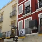 Las imágenes del proyecto #PHEdesdemibalcón convierten las calles y plazas del centro de Elche en un museo al aire libre de la fotografía