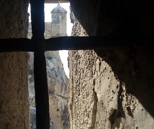 La restauració del Baluard de la Mina al Castell de Santa Bàrbara permet trobar restes de projectils del segle XVIII i un fragment d'una yesería islàmica