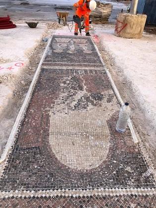 Comienza la retirada de los mosaicos del Misteri d'Elx de la Plaça de Baix que se ubicarán en el entorno de la basílica de Santa María