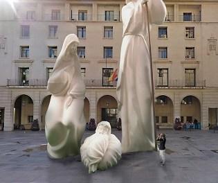 El estilo del Belén Monumental de Alicante se basa en el Modernismo alicantino de principios del siglo XX y toma como referente a los escultores Vicente y Daniel Bañuls
