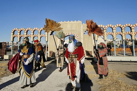 Los Reyes Magos de oriente llegan a Torrevieja para comenzar a recibir visitas en su campamento real instalado en el puerto pesquero