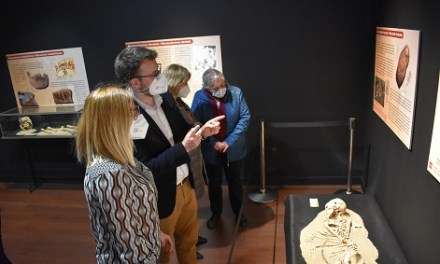 """El Museu Dámaso Navarro estrena la seua sala d'exposicions temporals amb la mostra """"Cuidar, curar, morir. La malaltia llegida en els ossos"""""""