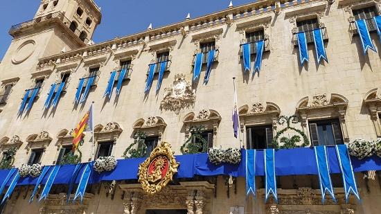 La Plaza del Ayuntamiento de Alicante se engalana para la Alborada a la Virgen del Remedio del 3 de agosto